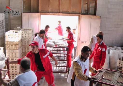 صورة حلب – السجن المركزي : منظمة  الهلال الأحمر تقوم بإيصال المواد الغذائية والخبز الى المعتقلين في سجن حلب المركزي.
