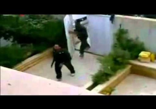 صورة قوات الامن تقوم بافراغ بعض منازل السكن الجامعي وتقتحم منازل في حي الاذاعة
