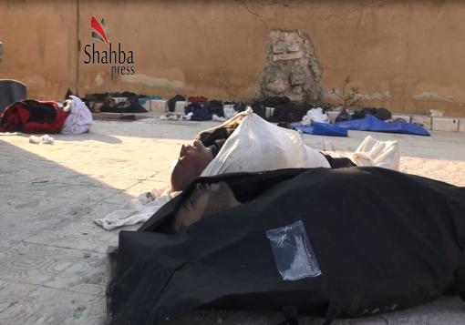 صورة شهداء مجهولو الهوية  و أشلاء مبعثرة  على رصيف مدرسة تحولت الى طبابة شرعية