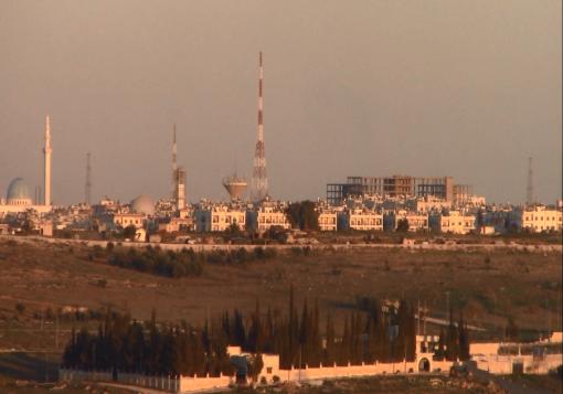 """صورة الثوار يرفعون راية نصرهم على دوار الليرمون , و بنادقهم تدقُّ أبواب """" قلعتي حلب """""""