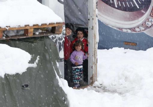 صورة مبادرات محلية وعربية لمساعدة اللاجئين السوريين في ظل العاصفة