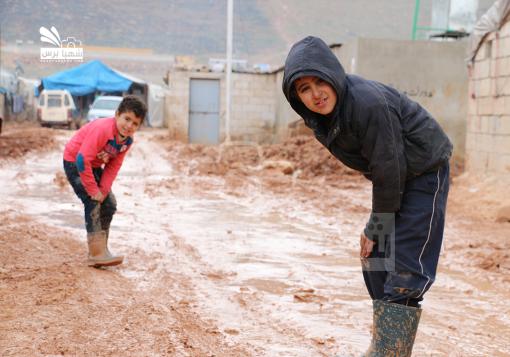 صورة مخيم الكرامة في ادلب…. رحلة النزوح القسري