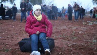 صورة مئات العائلات السورية على الحدود التركية تنتظر إذن الدخول