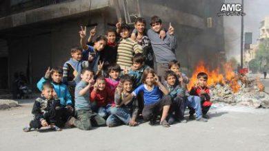 صورة الأطفال الشجعان يؤازرون الثوار بمعركتهم بحلب بإشعال الإطارات