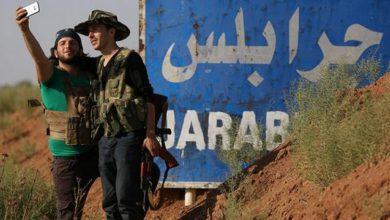 صورة مظاهرات في جرابلس تطالب المقاتلين بالخروج من المدينة
