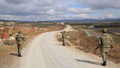 صورة تركيا توقف جنود أتراك قاموا بضرب واهانة سوريين على الحدود