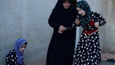 صورة أم سورية حملت ابنتها على ظهرها هرباً من ميليشيا PYD الارهابي