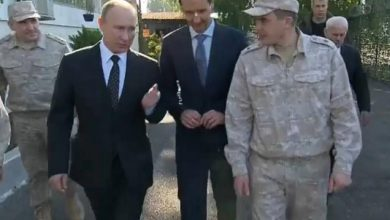 صورة بوتين في حميميم وقرار بسحب قواته من سوريا