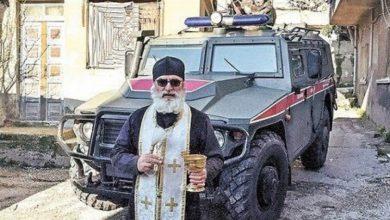 صورة كاهن (مسيحي) يبارك القوات الروسية بحماة .. روسيا الداعشية