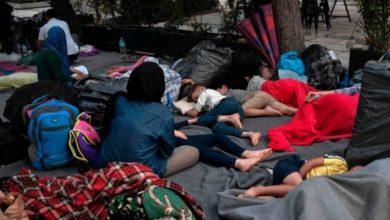 صورة بعد إخراجهم من مراكز الإيواء.. اللاجئون في اليونان تائهون في أثينا