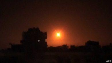 """صورة غارات """"إسرائيلية"""" على حماة.. ونظام الأسد يدَّعي تصديه """"للعدوان"""""""