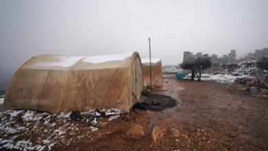 صورة مئات العائلات المهجرة تفترش العراء بشمال غرب سوريا