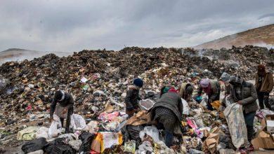 صورة قرب آبار النفط.. سوريون يعتاشون من أكوام النفايات شمال شرق سوريا