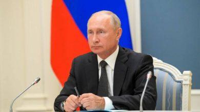 صورة بوتين يوقع على قانون يسمح له بالبقاء في المنصب حتى عام 2036