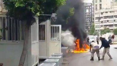 صورة لاجئ سوري يضرم النار بجسده أمام مكتب الأمم المتحدة في العراق