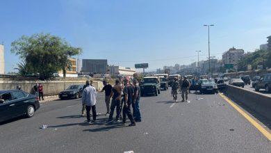 صورة تمزيق صور بشار الأسد وأعلام نظامه في بيروت وانتقادات تطال مواكب تأييده