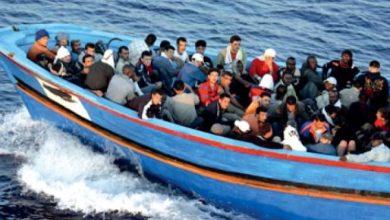 صورة أكدت مصادر أنهم من سوريا.. قبرص تعيد 56 لاجئاً إلى لبنان
