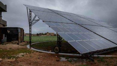 صورة وسط الظلام المتواصل.. الطاقة الشمسية تنير حياة السوريين النازحين في إدلب