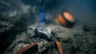 صورة علماء آثار يكتشفون كنوز أثرية عمرها أكثر من ألفي عام بمدينة غارقة في مصر