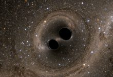 صورة علماء يرصدون ضوءًا خلف ثقب أسود عملاق ويؤكدون أن أينشتاين على حق