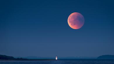 صورة بينما يغادرنا القمر ببطء.. العلماء يرسلون تحذيرا من المد والجزر القاسي