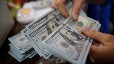 صورة خبراء في بنك عالمي يتوقع ارتفاع الدولار الأمريكي.. فما الأسباب؟