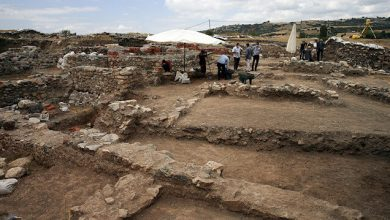 صورة علماء آثار يعثرون على سيف يعود لفترة الإمبراطورية الرومانية